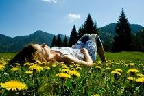 persona descansando en la naturaleza