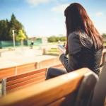 chica sentada en un banco