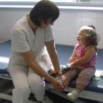 medico rehabilitadora con niña