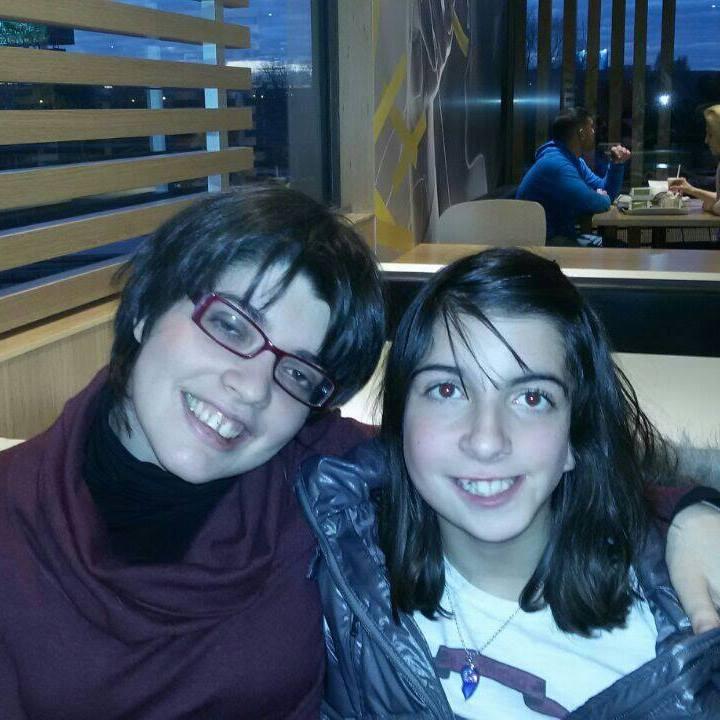 La autora con su hermana Carmen