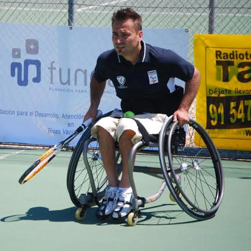 Juan Carlos Martinez jugando al tenis