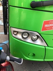 una motosilla parando un bus