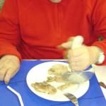 paciente cortando comida