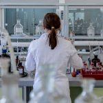 investigadora en su laboratorio