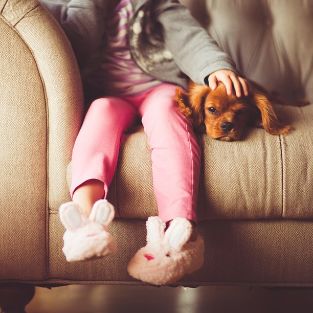 Foto de una niña con su perro