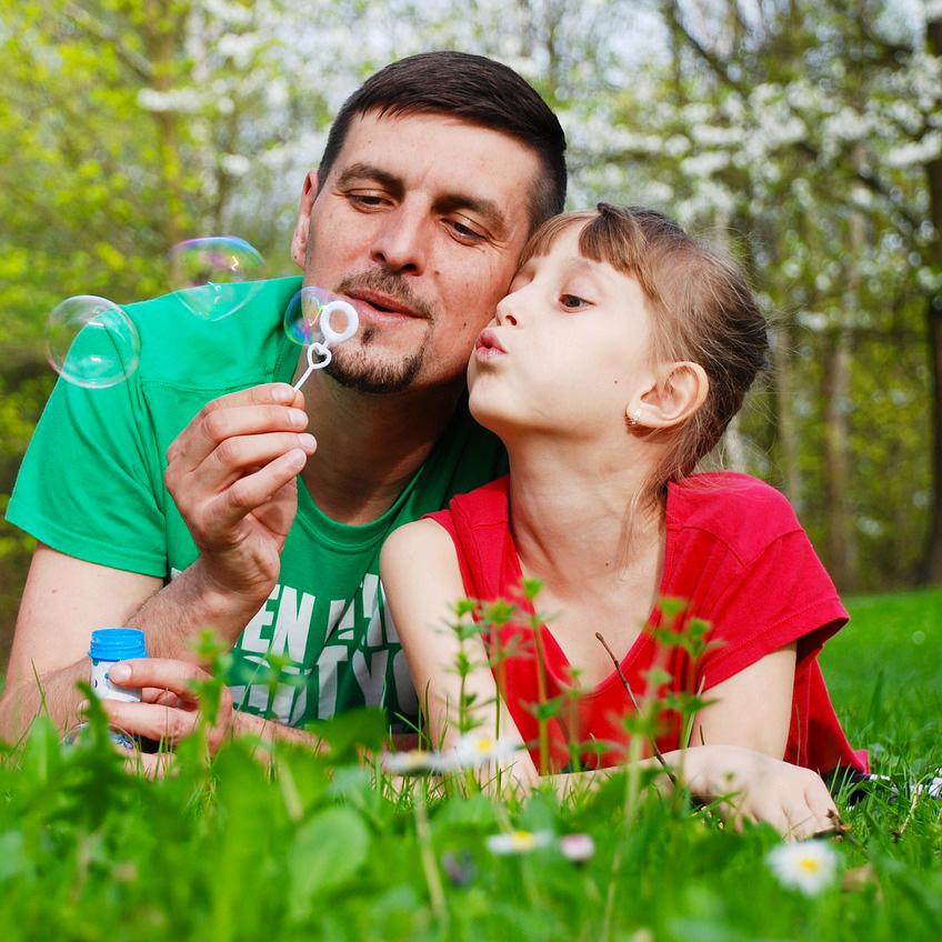 Foto de un padre jugando con su hija