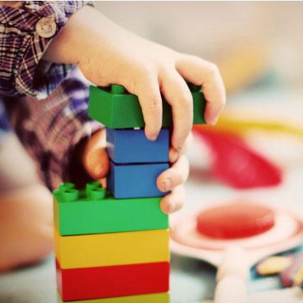 Foto de un niño jugando con bloques