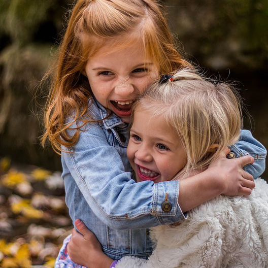 Foto de dos hermanas pequeñas jugando