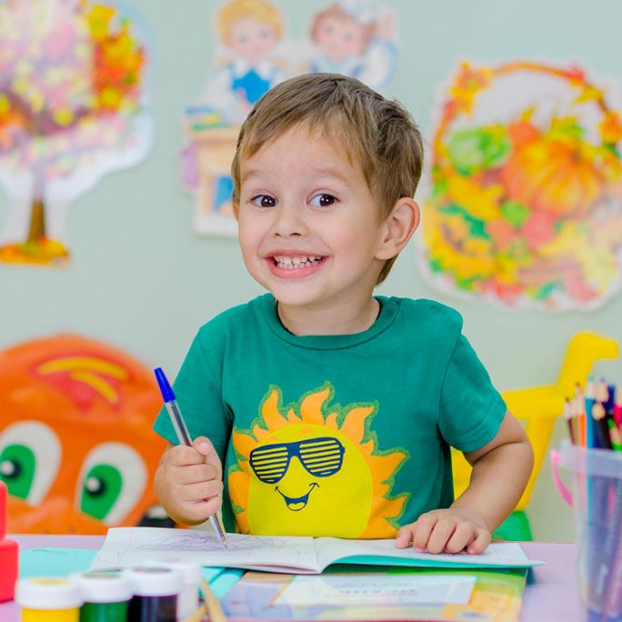 Foto niño aprendiendo en la escuela
