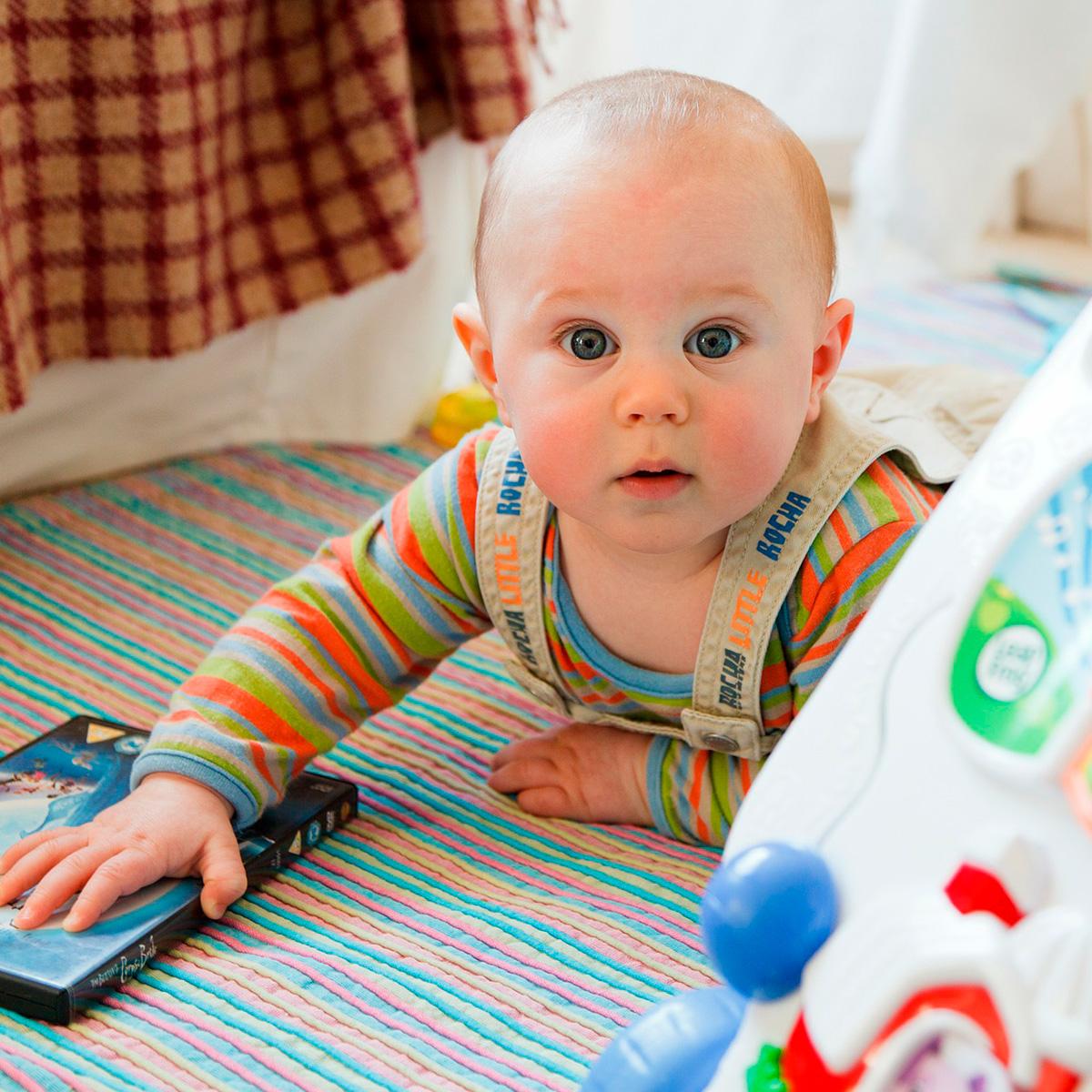 Foto de un bebe jugando