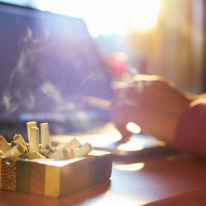 Foto de una persona fumando tabaco