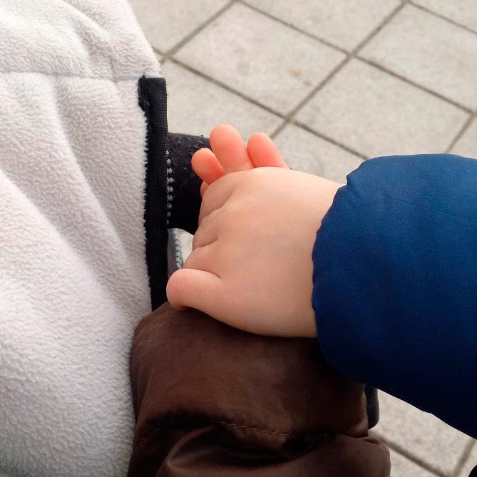 Foto de dos niños de la mano