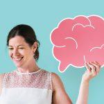 Foto de una mujer junto al dibujo de un cerebro