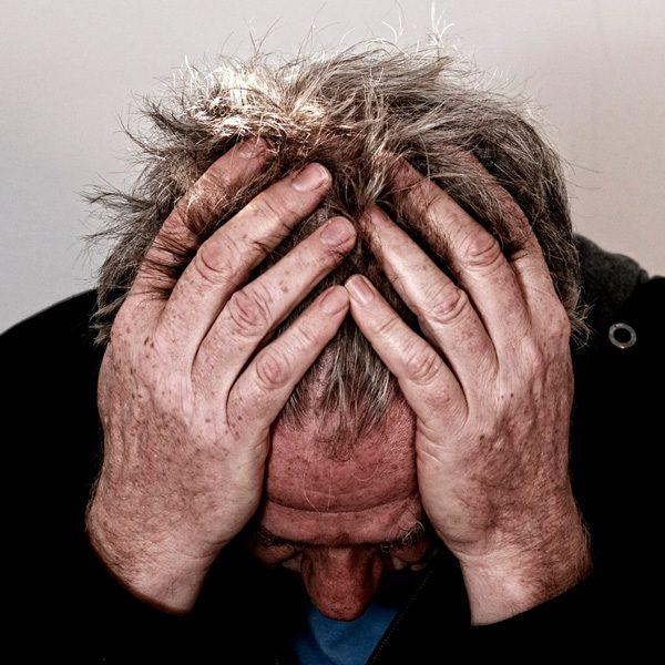 Foto de un señor con dolor